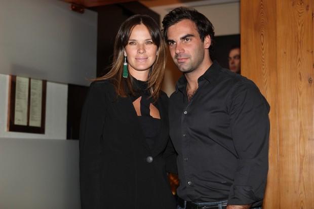 Letícia Birkheuer e Alexandre Furmanovich no lançamento do livro de Marco Antônio di Biaggi (Foto: Iwi Onodera/ EGO)