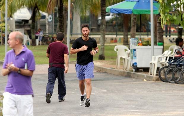 Gabriel Braga Nunes corre na Lagoa Rodrigo de Freitas, no Rio (Foto: Wallace Barbosa / AgNews)