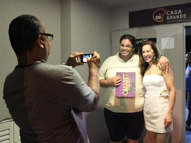 Claudia Raia posa com fã após sessão da peça 'Cabaret' no Rio (Foto: Fausto Candelária/ Ag. News)