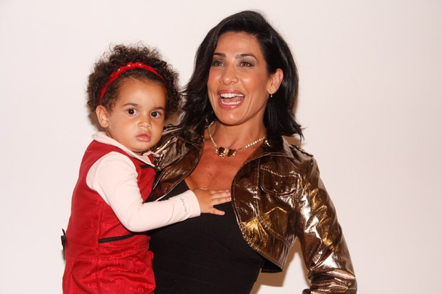 Scheila Carvalho com a filha em festa em São Paulo (Foto: Amauri Nehn/ Ag.News)