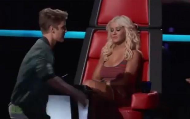 Christina Aguilera após cumprimentar Justin Bieber (Foto: YouTube / Reprodução)