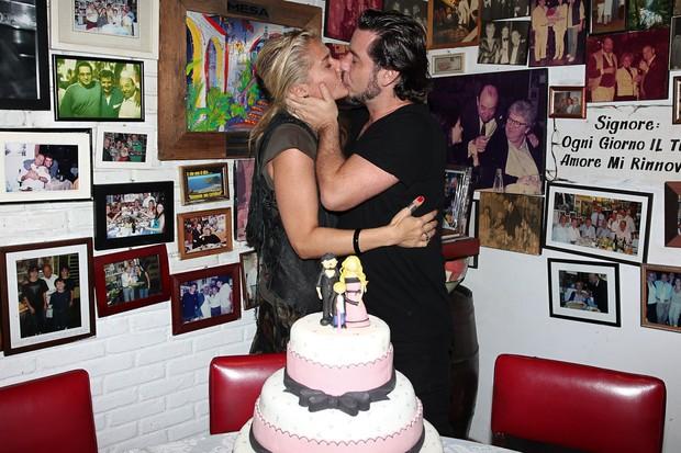 Adriane Galisteu comemora aniversário com o marido Alexandre Iódice em São Paulo (Foto: Manuela Scarpa/ Photo Rio News)