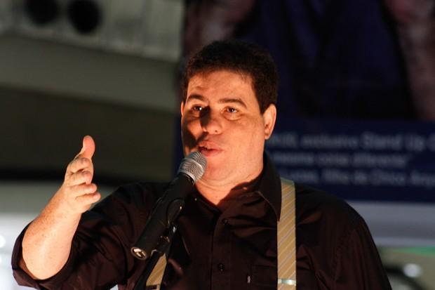 André Lucas homegeia o pai, Chico Anysio, em stand-up comedy (Foto: Amauri Nehn / AgNews)