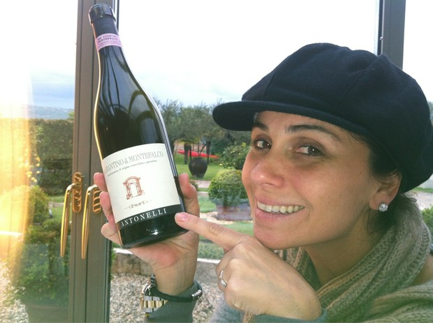 Giovanna Antonelli posta foto com garrafa de vinho que tem seu sobrenome (Foto: Twitter / Reprodução)