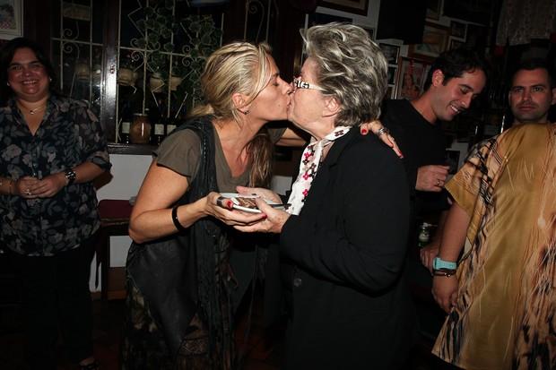 Adriane Galisteu beija a mãe Emma na comemoração de seu aniversário em São Paulo (Foto: Manuela Scarpa/ Photo Rio News)