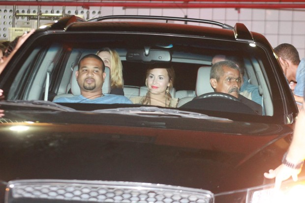 Demi Lovato deixa churrascaria na Zona Oeste do Rio (Foto: Marcello Sá Barretto/ Photo Rio News)
