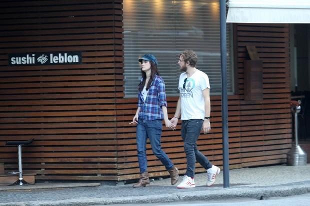 Mayana Moura saindo de restaurante no Leblon com o namorado (Foto: Wallace Barbosa / AgNews)