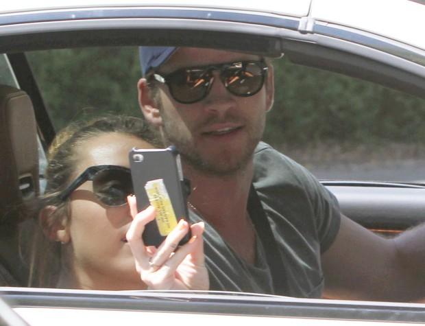 Miley Cyrus com o namorado Liam Hemsworth em Los Angeles, nos Estados Unidos - X17 (Foto: X17/ Agência)