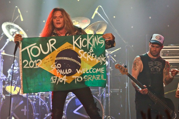 Sebastian Bach com a bandeira do Brasil em show (Foto: Manuela Scarpa/Photo Rio News)