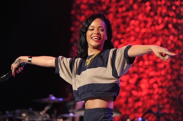 Rihanna canta em evento beneficente em Los Angeles, nos EUA (Foto: Getty Images/ Agência)