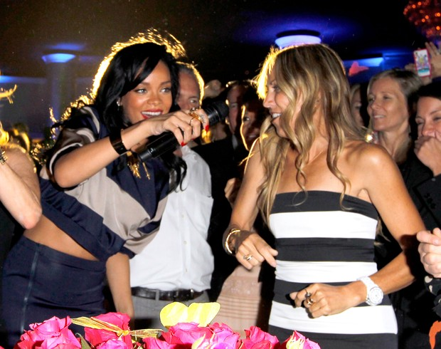 Rihanna canta com Sheryl Crow vão a evento beneficente em Los Angeles, nos EUA (Foto: Getty Images/ Agência)