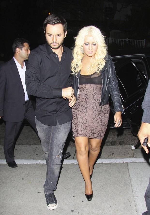 Christina Aguilera chega com o namorado Matthew Rutler restuarante em Los Angeles, nos Estados Unidos (Foto: Brainpix/ Agência)