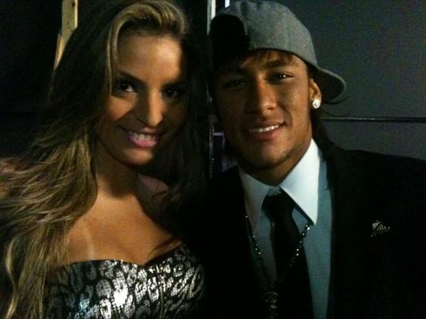 Danubia Santos tieta Neymar em bastidores de programa de TV (Foto: Divulgação)