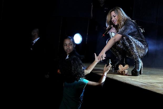 Demi Lovato ganha carinho de fã (Foto: Manuela Scarpa / PhotoRioNews)
