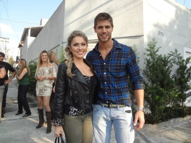 Ex-BBBs Renata e Jonas posam juntos em São Paulo (Foto: Divulgação)