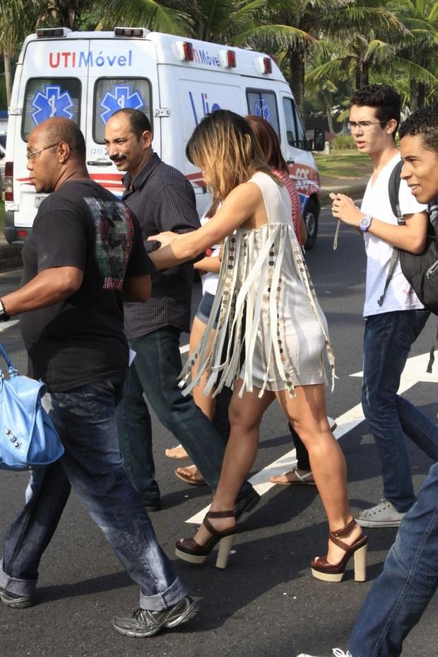 Sabrina Sato na porta do hotel, na Barra (Foto: Jeferson Ribeiro / AgNews)