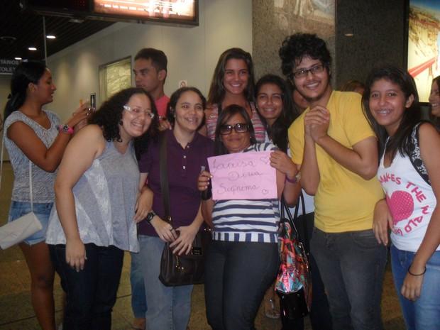 Ex-BBB Laisa tira foto com fãs em aeroporto de Fortaleza (Foto: Divulgação)