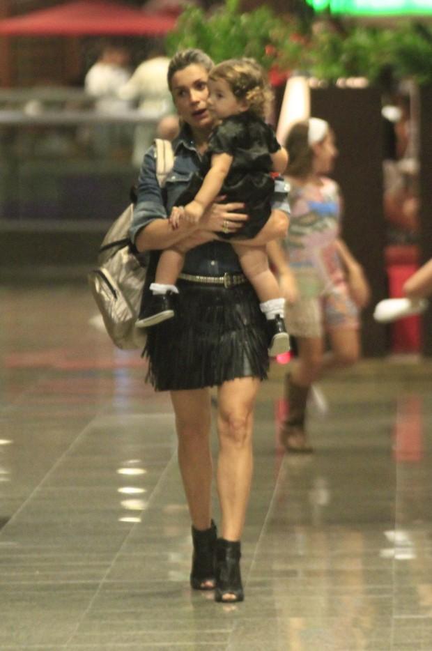 Flávia Alessandra com a filha em shopping do Rio (Foto: Marcos Ferreira/Photorionews)