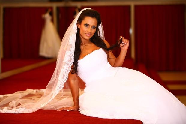 A ex-BBB Kelly posa vestida de noiva para o EGO (Foto: Iwi Onodera / EGO)