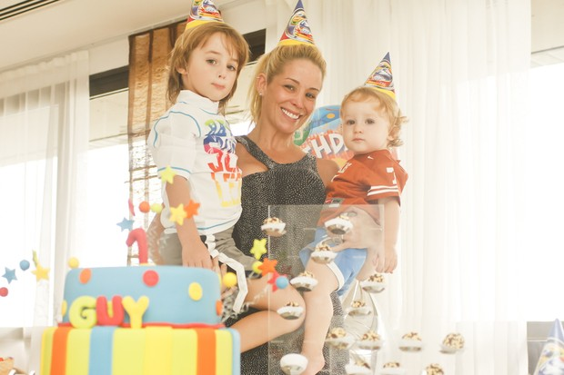Danielle Winits comemora o aniversário do filho Guy em família (Foto: Andréa Rêgo Barros / Cortesia)