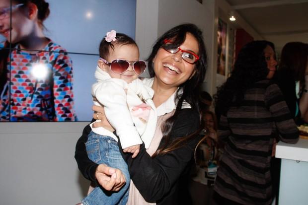 Aline Barros e a filha em feira de óculos em São Paulo (Foto: Amauri Nehn / AgNews)