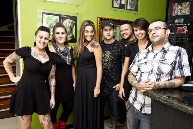 Monique posa com equipe do estúdio de tatuagem (Foto: Cacau Oliver/Divulgação)