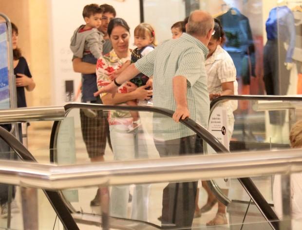Cláudia Mauro com os filhos em shopping do Rio (Foto: Rodrigo dos Anjos/Agnews)