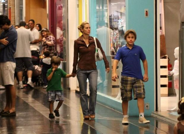 Carolina Dieckmann vai ao shopping com os filhos (Foto: Daniel Delmiro / AgNews)