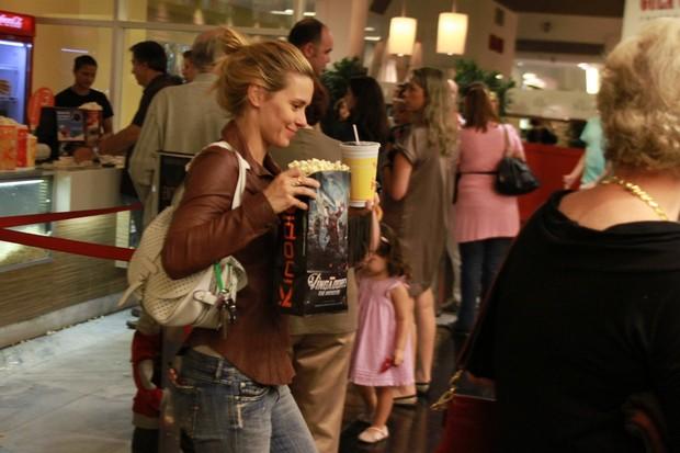 Carolina Dieckmann vai ao cinema com os filhos (Foto: Marcello Sá Barreto / Photo Rio News)
