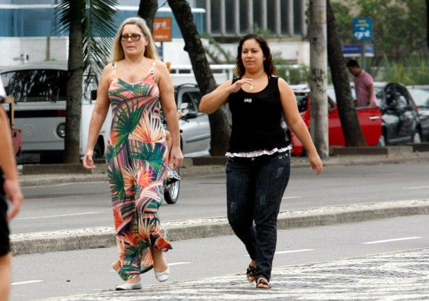 Vera Fischer caminha na orla carioca (Foto: J. Humberto/Ag News)