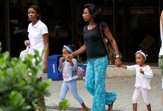 Glória Maria passeia com as filhas no Leblon (Foto: J. Humberto / AgNews)
