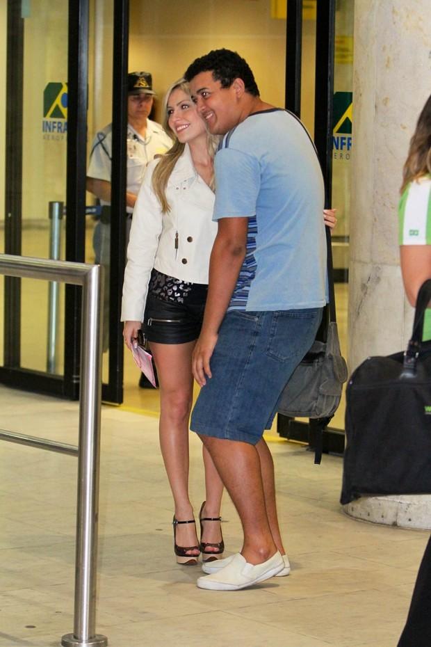 A ex-BBB Renata tira foto com fãs no aeroporto Santos Dumont (Foto: Leotty Jr / AgNews)