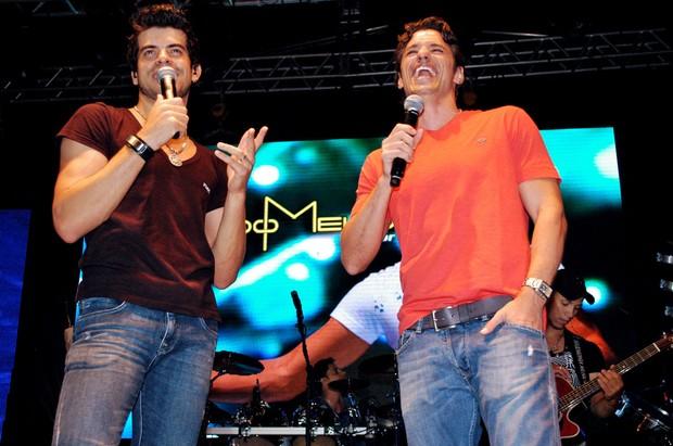 João Maurício canta ao lado do cantor sertanejo Eduardo Melo, em Anápolis (Foto: Sandro Honorato/Divulgação)