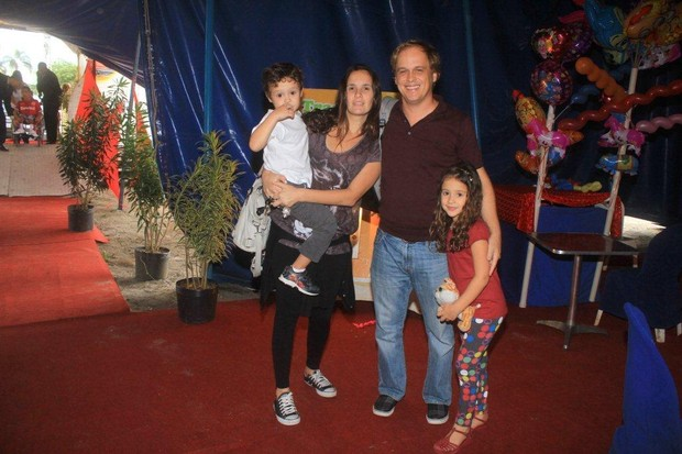 "Guilherme Fontes com a família no ""Circo Stankowich"" (Foto: Delson Silva / Ag News)"