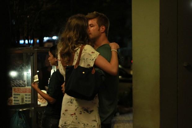 Ex-BBB Diego Alemão beija a namorada em ida ao teatro no Rio (Foto: Marcello Sá Barretto/ Photo Rio News)