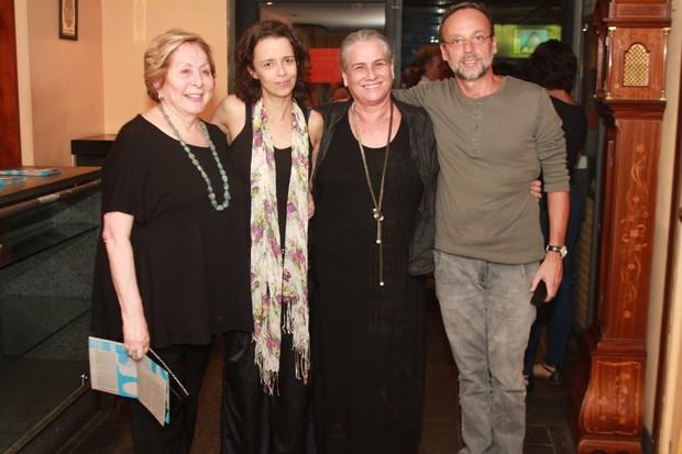 Vera Holtz e Aracy Balabanian com Dani Barros, da peça 'Estamira', e um amigo (Foto: Marcello Sá Barretto/ Photo Rio News)