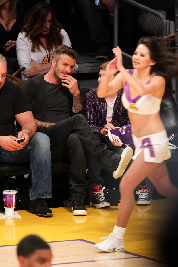 David Beckham admira líder de torcida em jogo em Los Angeles (Foto: Getty Images)