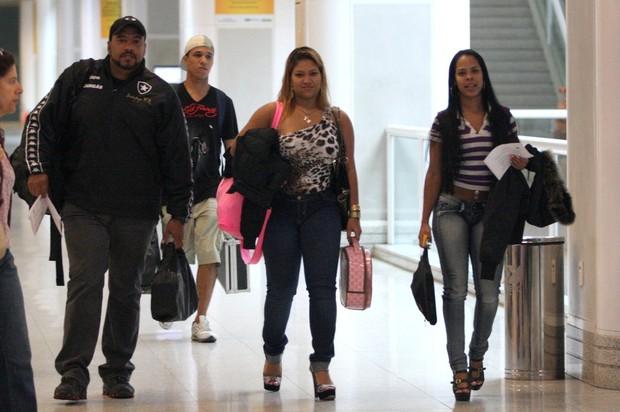 Mulher Filé mostra que está fora de forma em aeroporto carioca (Foto: Henrique Oliveira/Photo Rio News)