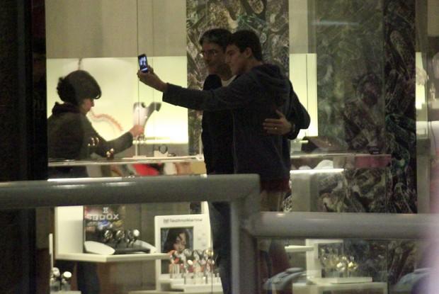 William Bonner tira foto com fã em shopping no Rio (Foto: Marcos Ferreira/ Photo Rio News)
