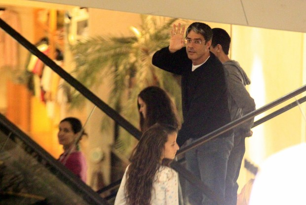 Fátima Bernardes e William Bonner com os trigêmeos Laura, Beatriz e Vinícius em shopping no Rio (Foto: Marcos Ferreira/ Photo Rio News)
