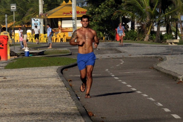Juliano Cazarré corre na orla do Rio (Foto: Marcos Ferreira/PhotoRio News)