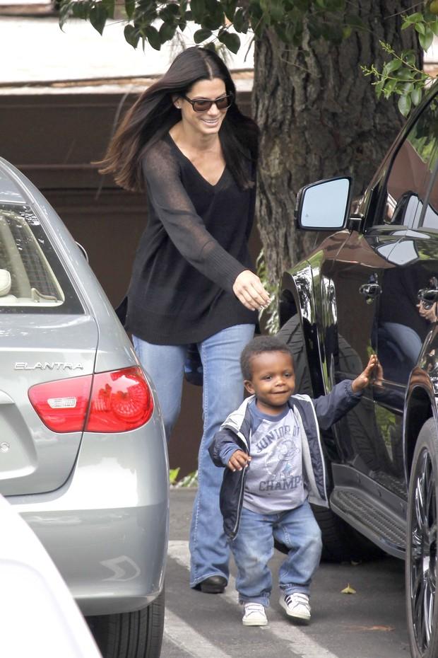 Sandra Bullock se diverte com o filho em Los Angeles (Foto: Grosby Group)