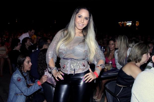 Renata Frisson no show do Zeca Pagodinho (Foto: Alex Palarea/AgNews)