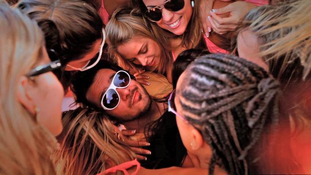 Max Porto com as meninas da 'Casa Bonita' (Foto: Divulgação)
