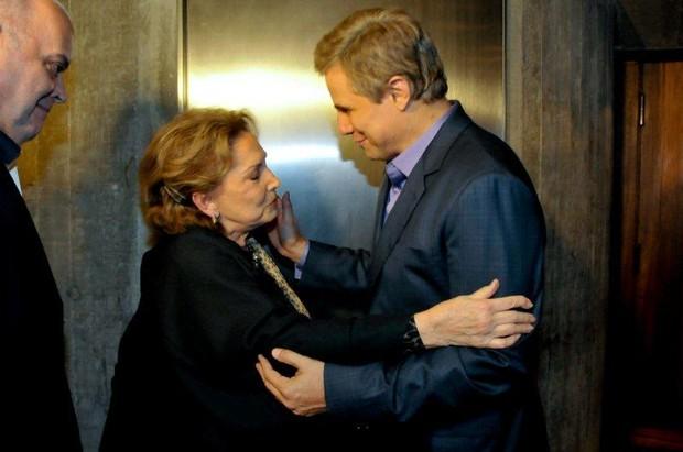Edson Celulari com Eva Wilma após a peça (Foto: Fábio Guinalz/Photo Rio News)