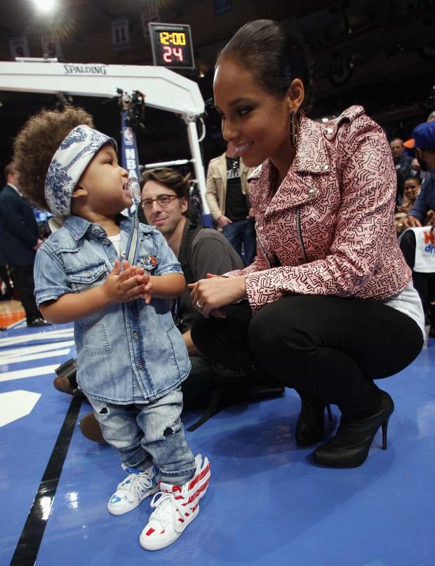 Alicia Keys com o filho Egypt em jogo de basquete em Nova York, nos Estados Unidos (Foto: Reuters/ Agência)
