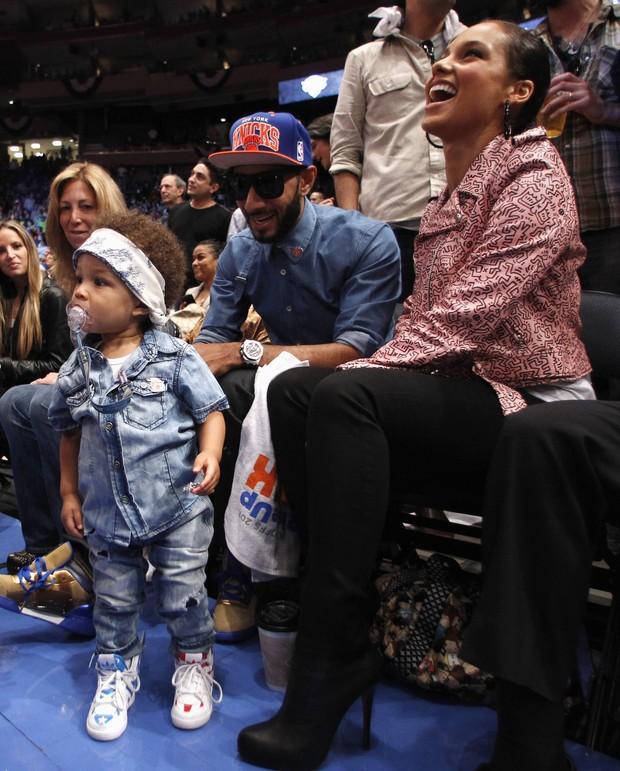 Alicia Keys com o filho Egypt e o marido Swizz Beatz em jogo de basquete em Nova York, nos Estados Unidos (Foto: Reuters/ Agência)