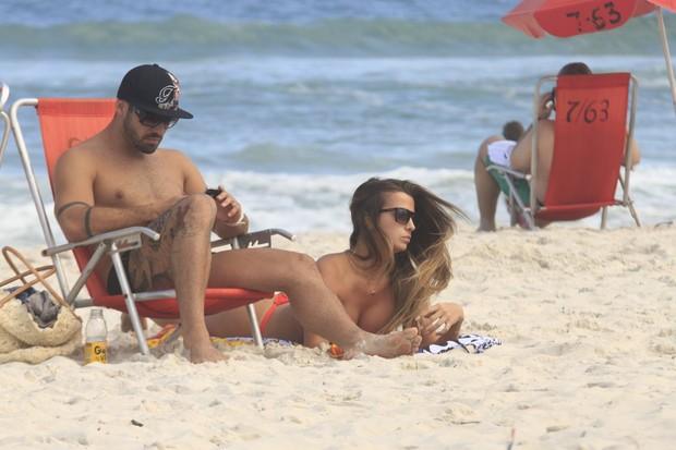 Yuri ex-BBB na praia (Foto: Marcos Ferreira/Photorio News)