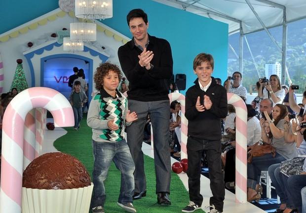 Ricardo Tozzi desfila com crianças (Foto: Roberto Teixeira/ EGO)
