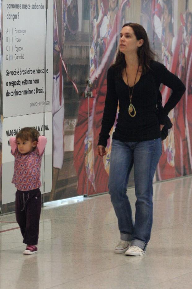 Vanessa Lóes e a filha no aeroporto Santos Dumont (Foto: Henrique Oliveira / Photo Rio News)
